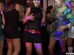 Napalone amatorki w klubie nocnym