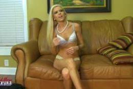 Młoda i seksowna blondynka na castingu