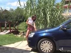 Pokazała jak myć auto