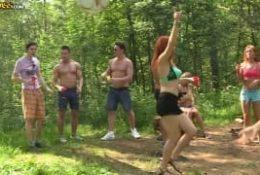 Ostra impreza w lesie