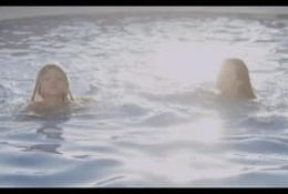 Dwie lesbijki w basenie