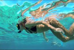 Popływała sobie nago w morzu