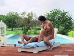 Bo przy basenie można się rozluźnić