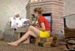 Młoda brunetka i jej owłosiona cipka