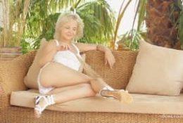 Śliczna blondynka ze śliczną cipką