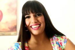 Czarująca brunetka ze spermą na twarzy