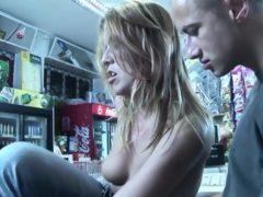 Napalona blondynka wyruchana w sklepie