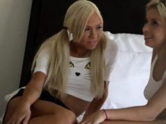 2 blondyki zabawiają się w łóżku