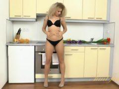 Solówka blondynki w kuchni