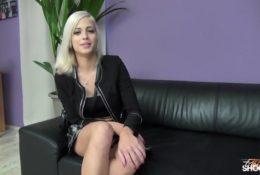 Słodka blondyneczka na porno castingu