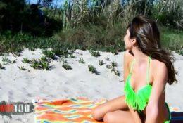 Ostra brunetka zerżnięta na plaży