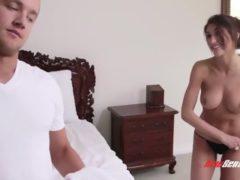 Seksowna brunetka zabawia się z przyrodnim bratem