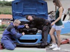 Nastolatka obsłużyła dwóch mechaników