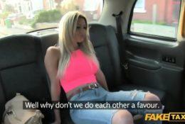 Cycata blondyna zerżnięta w taksówce