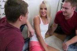 Słodka blondynka i 2 napalonych facetów